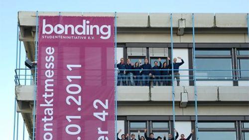 Mesh Banner an Bürogebäude mit winkenden Menschen